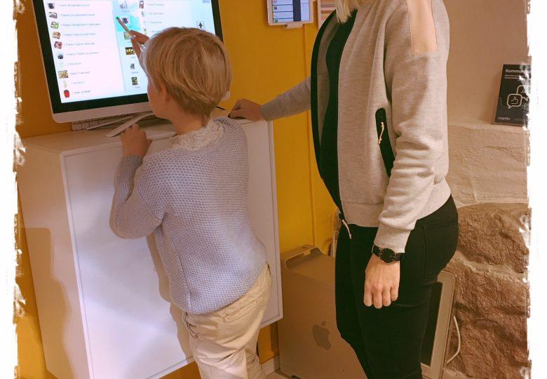 miss Doc ser på hjelpemidler sammen med en ansatt fra Cognita